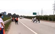 Mạo hiểm băng qua cao tốc Hà Nội - Bắc Giang không đúng nơi quy định