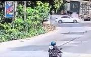 Tài xế Mazda thoát chết sau va chạm với container