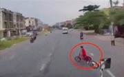 Lái xe container bẻ lái kịp thời cứu mạng bé trai đi xe đạp sang đường
