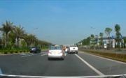 Hai xe ô tô lạng lách, 'hơn thua'  nhau trên đường, bất chấp an toàn giao thông