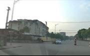 Xe máy chạy quá tốc độ qua giao lộ, gây tai nạn