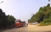Hãi hùng cảnh nam thanh niên suýt chui vào gầm xe tải