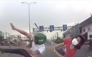 Vượt đèn đỏ, đôi nam nữ bị ô tô tông mạnh