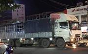 Xe tải mang biển kiểm soát của Lào tông nhiều phương tiện dừng đèn đỏ