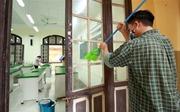 COVID-19: Giáo viên, phụ huynh chung tay vệ sinh trường lớp sẵn sàng đón học sinh trở lại