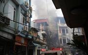 Cột điện cháy, lan sang ba nhà dân và quán karaoke trong ngõ nhỏ phố Nguyễn Khiết