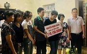 Trao tiền từ thiện cho gia đình nạn nhân vụ tai nạn ở hầm Kim Liên