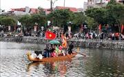 Đông đảo người dân xem hát chèo trên thuyền rồng dưới trời 9 độ C