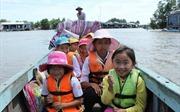 Học sinh vùng Đất Mũi Cà Mau đội mưa, vượt sông tới trường