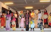 Trình diễn trang phục áo dài truyền thống trong Ngày hội gia đình Việt Nam tại Bỉ
