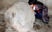 Phát hiện tù và bằng đá độc, lạ nặng 200 kg trên thảo nguyên Bùi Hui
