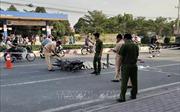Bị xe máy tông, xe container cán, cha mẹ tử vong, 2 con thơ nguy kịch