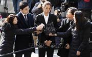 Ca sĩ K-pop Seung-ri và Jung Joon-young được trả tự do sau thẩm vấn