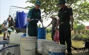 Bộ đội chở nước sạch miễn phí đến với vùng hạn hán Long An