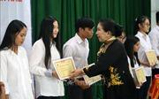 Trao học bổng hỗ trợ học sinh, sinh viên nghèo
