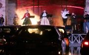 Biểu diễn ca nhạc mùa COVID-19: Khán giả ngồi trong xe, bấm còi thay vỗ tay