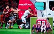Phì cười với màn đẩy xe cứu thương ra khỏi sân của các cầu thủ Brazil