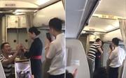 Nữ tiếp viên hàng không mất việc sau màn cầu hôn trên máy bay