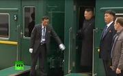 Video tàu bọc thép của Chủ tịch Kim Jong-un đến Vladivostok, vệ sĩ chạy dọc thân tàu lau cửa