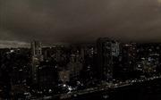 Bầu trời Sao Paulo đen kịt giữa ban ngày do khói cháy rừng Amazon