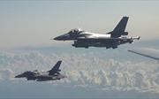 Cận cảnh dàn tiêm kích NATO 'vây' oanh tạc cơ Nga trên Biển Baltic