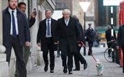 Ngộ nghĩnh hình ảnh Thủ tướng Anh Boris Johnson dắt chó cưng đi bỏ phiếu