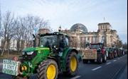 Video nông dân Đức lái máy kéo biểu tình khắp Berlin