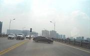 Xe ô tô PEUGEOT ngang nhiên quay đầu trên cầu Vĩnh Tuy, hàng loạt phương tiện va chạm liên hoàn