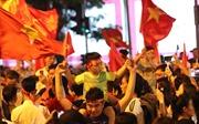 Cổ động viên nhí 'đi bão' mừng chiến thắng của đội tuyển Việt Nam