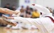 Bị quấy rối, bé gái 10 tuổi dùng tuyệt chiêu karate đánh tới tấp kẻ ấu dâm