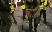 Người biểu tình bị nổ nát bàn tay trong vụ bạo loạn 'Áo vàng'