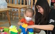 Học sinh Hà Nội - Amsterdam với các bệnh nhi của 'Lớp học hy vọng'