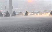 Mưa lớn đầu mùa, đường phố Hà Nội ngập sâu