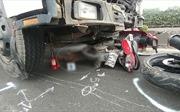 Xe tải 'lùa' 3 xe máy, 4 người thương vong