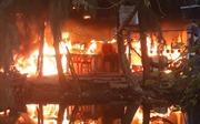 Cháy dữ dội tại khu câu cá Hồ Tràm