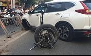 Xe 7 chỗ tông dải phân cách gãy rời bánh trước, người đi đường hốt hoảng