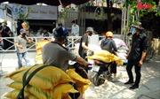 Nhiều nhà hảo tâm mang gạo đến góp cho máy 'ATM gạo' hỗ trợ người nghèo