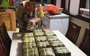 29 Tết, người dân TP Hồ Chí Minh gói bánh chưng, bánh tét ăn Tết cổ truyền