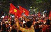 Phố phường Hà Nội rực rỡ cờ hoa ăn mừng đội tuyển Việt Nam chiến thắng