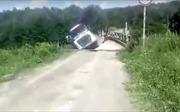 Xe quá tải 'cố đấm ăn xôi' phá nát cầu gỗ