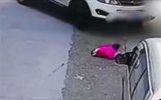 Ô tô cán qua 2 lần, bé 2 tuổi vẫn may mắn sống sót