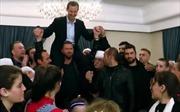 Hân hoan mừng giải phóng, người dân cõng Tổng thống Syria trên vai