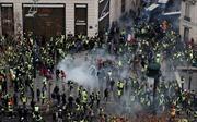 Thủ đô Pháp mịt mù hơi cay, cảnh sát bắt hàng trăm người biểu tình