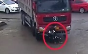 Hai cậu bé sống sót kỳ diệu sau khi chui vào gầm xe tải, bị kéo lê trên đường