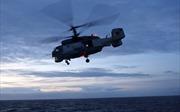 Trực thăng Nga hạ cánh ngoạn mục trên boong tàu giữa lúc mưa rơi gió tạt
