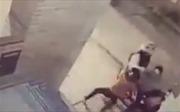 Cô bé 11 tuổi ra tay cứu mẹ khiến tên cướp phải tháo chạy