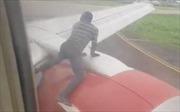 Liều mình nhảy lên cánh máy bay đang cất cánh
