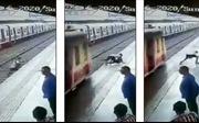 Cậu bé thoát chết trong gang tấc khi vượt đầu tàu hỏa