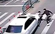 Video người cha nhanh trí cứu con trai trong tích tắc