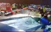 Ba người đàn ông thoát chết trong gang tấc trước 'xe điên' 1,5 tấn